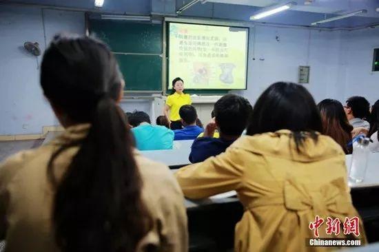 资料图:四川文理学院性健康教育课开讲,当晚原本可坐50人的教室爆棚。钟欣 摄