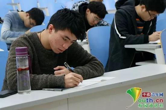 大学生在参加考试。中国青年网通讯员 任月 摄