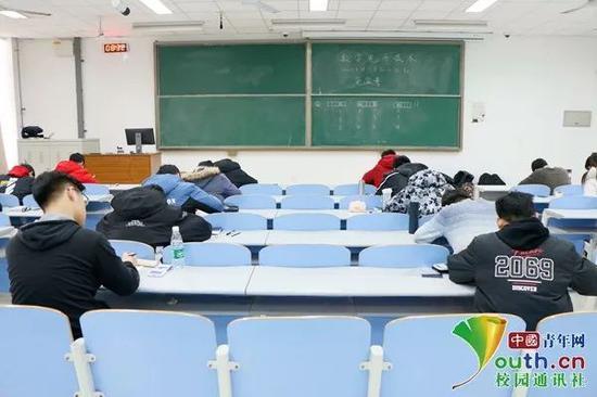 诚信考场内没有任何监考老师。中国青年网通讯员 任月 摄