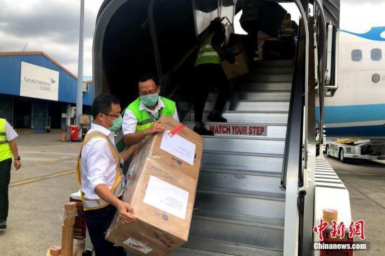"""资料图:2月12日,厦门航空把客机当""""货机""""用,从福州飞往印尼雅加达运输口罩、防护服、护目镜等防疫物资回国。这也是2月5日中国与印尼间停航以来的首次货运包机。图为厦航飞机在雅加达机场装货。中新社发 钟欣 摄"""