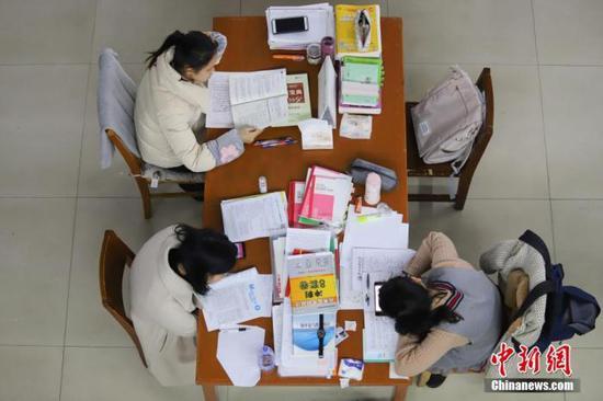 资料图:考研生为2020年全国硕士研究生招生考试复习。 中新社记者 瞿宏伦 摄