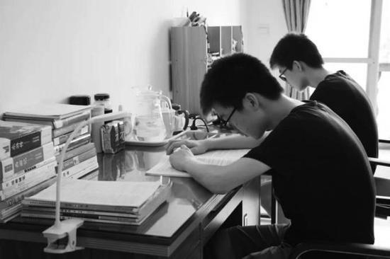 视障双胞胎双双考取重点大学 哥哥患癌曾化疗12次