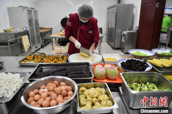 """长春一高校推出""""减脂餐"""" 所有菜品每日售罄"""