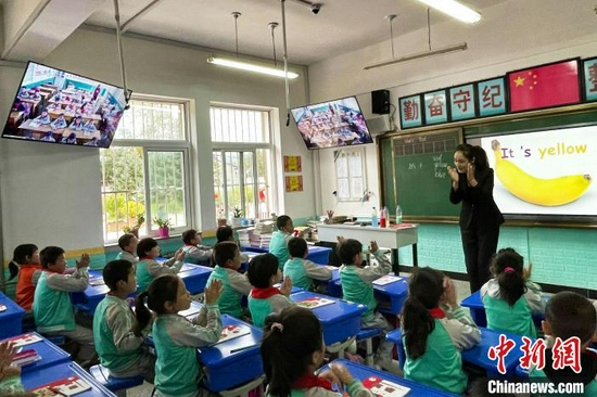 白面民族小學四年級英語課堂現場,屏幕那頭的冶家村小學同上一堂課?!±钆迳?攝
