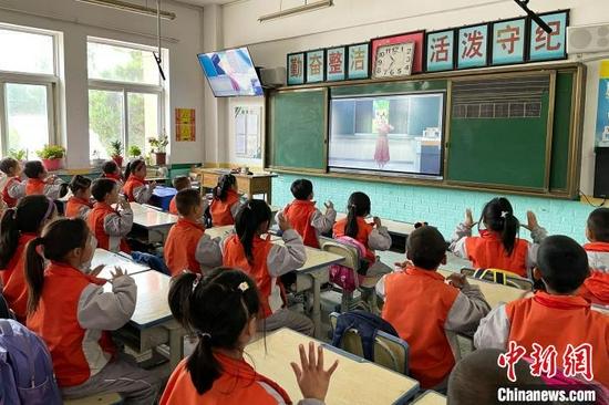 白面民族小學二年級學生的音樂課堂,由銀川市興慶區十八小老師通過屏幕進行授課?!±钆迳骸z