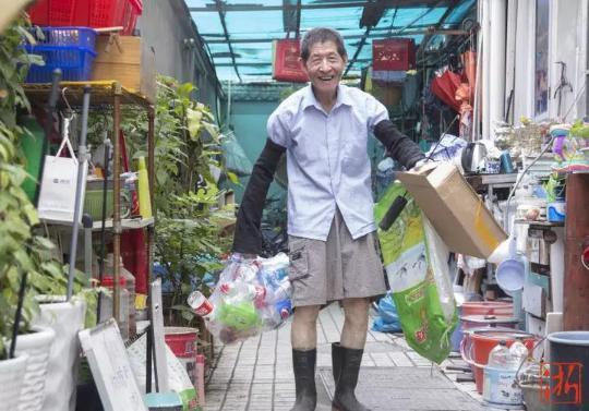 85岁的王绅森老人多年来靠着捡废品资助大学生。 记者 倪雁强 王晨辉 摄