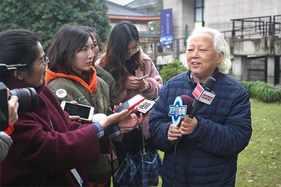吴山明活动现场接受采访。 澎湃新闻记者 葛熔金 图