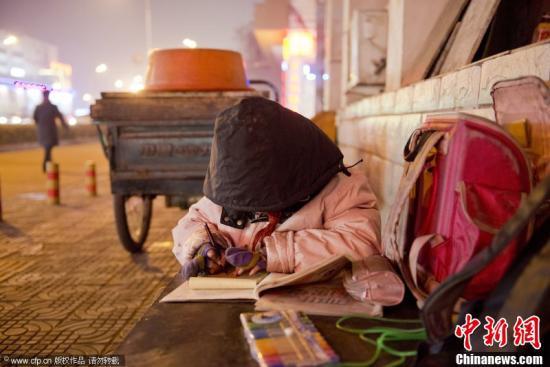 资料图:小学生写作业。小剑 摄 图片来源:CFP视觉中国