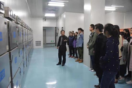 高校死亡教育课老师带学生旁观殡葬流程:实为论生