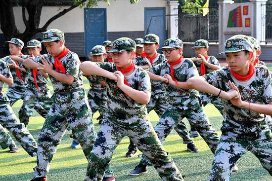 """""""三点半少年军校""""的学员们正在进行精彩的军体拳展示。视觉中国供图"""