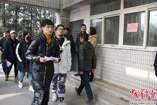 2月25日,北京电影学院,考生手拿准考证进入考场。实习生 王艺霏/摄