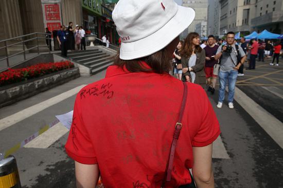 6月7日,北京陈经纶中学高考考点,送考老师的衣服上写满了学生的签名。