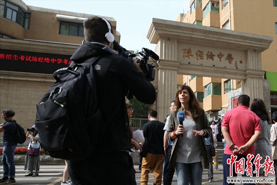 6月7日,北京陈经纶中学高考考点,外媒记者关注中国高考。中国青年报·中青在线记者陈剑/摄