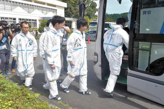 日本官员14日乘车前往之前疫情的秩父市养猪场(琦玉新闻)
