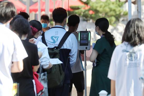 北京高考今日开考 考点外设家长等候区