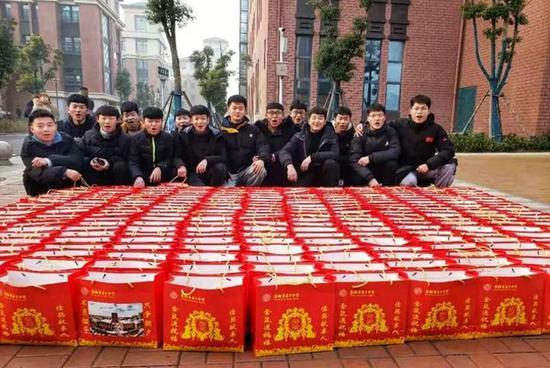 """1月17、18日两天,安徽省阜阳市第十中学新老校区分别召开期末表彰会,并为每优秀学子送上""""每人五斤猪肉""""的奖励。校方供图"""
