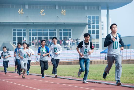 浙江温岭高三学生正在职教城田径场内参加高考体育测试。 视觉中国供图(资料图)