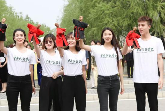 偶剧系学生操纵各式偶出现,作为中戏最年轻的系,为现场呈现带来了活力。