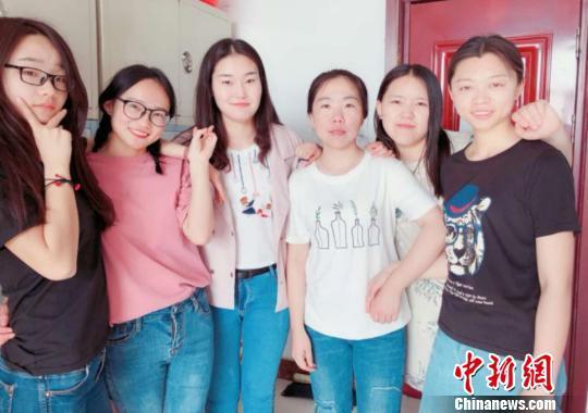 内蒙古民族大学2014级农业资源与环境班其中一个全员读研宿舍成员合照。受访者供图