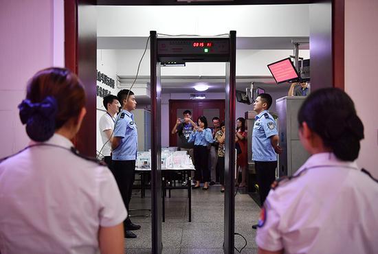 阅卷场所实行封闭管理,设立安检门与手持扫描仪等设备,对评卷人员严格安检。所有人员须凭有效证件入场,实行公安人员值守、昼夜安保值班等措施。
