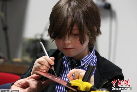 当地时间11月20日,荷兰埃因霍温,比利时9岁神童劳伦特·西蒙斯(Laurent Simons)在实验室里研究电子设备。