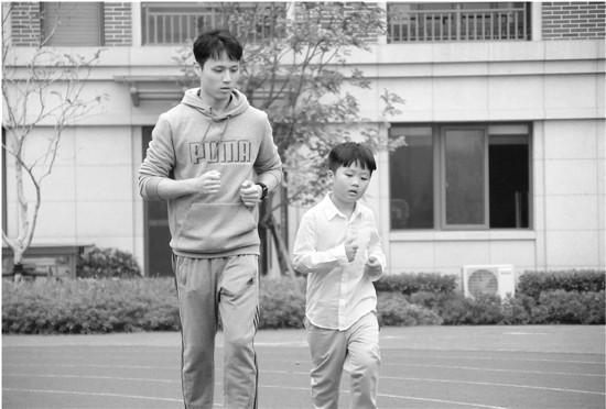 数学老师也管体育课 陪着学生去皮去跑步