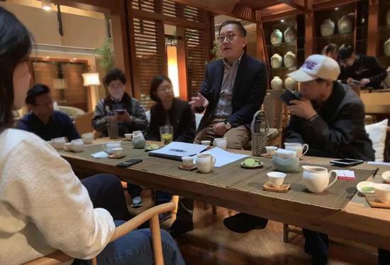 3月28日,美国律师和9名起诉的中国投资人在商量案情
