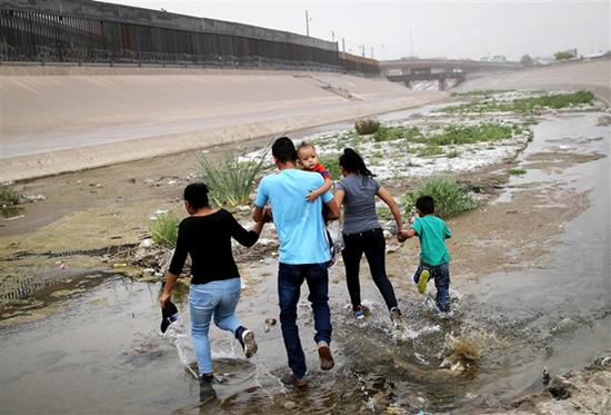 移民们横穿美墨边境,前往得克萨斯州的埃尔帕索市。(图源:NBC)