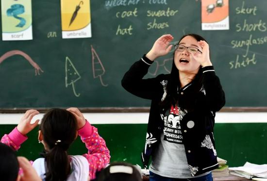 一位英語老師在給學生上課 陶明 攝