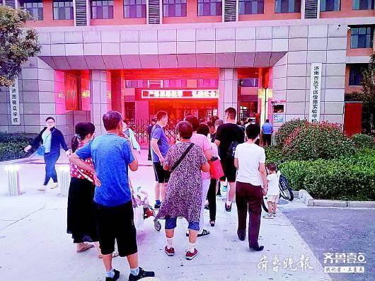 济南校园操场开放现不文明现象 学校表示将设置黑名单