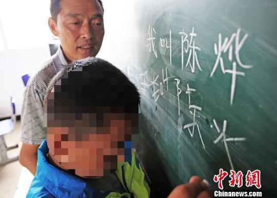 陈烨已经学会了读写100多个汉字 李风 摄