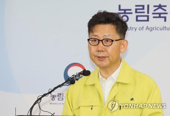 韩国农林畜产食品省部长金贤秀17日上午通报相关疫情(韩联社)