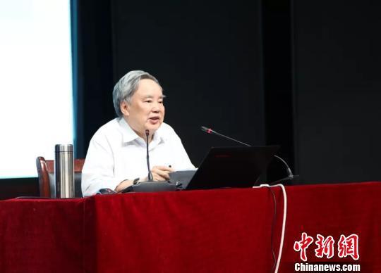 教育部统编本中小学语文教科书总主编温儒敏。 中新网 图
