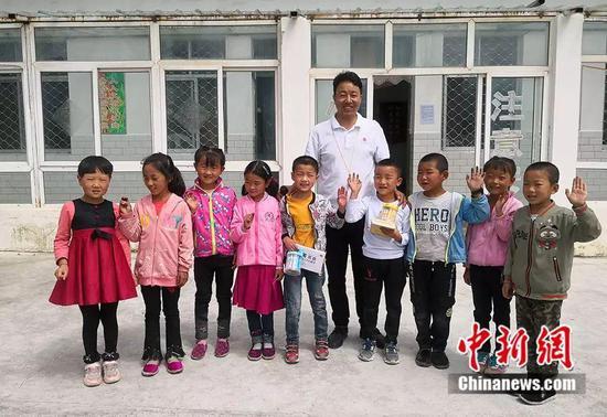 杨锋给游戏中胜出的孩子发奖品。