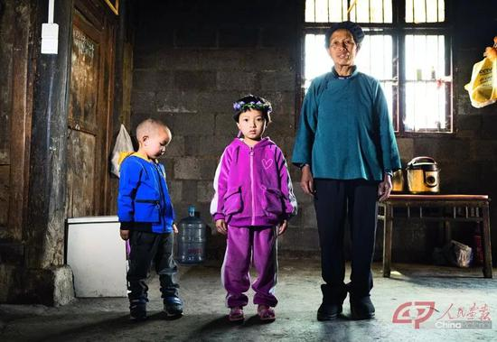 麻秋丽和弟弟在奶奶的陪伴下生活在村子里