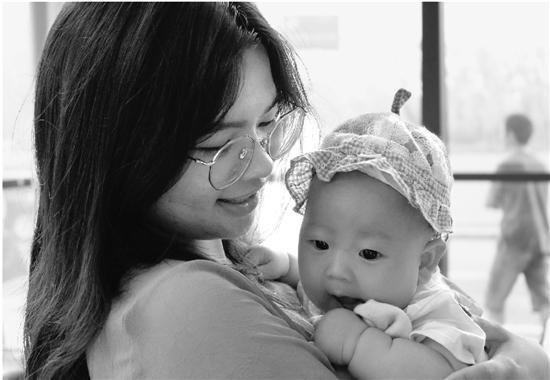 浙江财经学院里,有一百多个抱着娃来报到的新生。钱江晚报 图