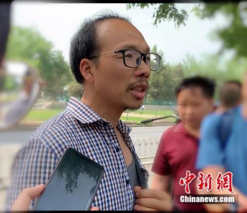 谢雕父亲走出法院接受媒体采访中新网杨雨奇 摄