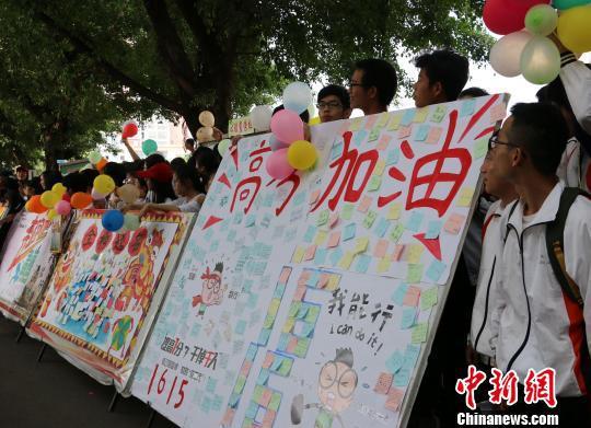 广西柳州一高中给准备参加高考的学生鼓劲加油。 林馨 摄