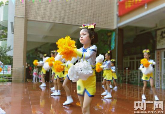 华融小学学生放学后正在练习啦啦操。(央广网记者 王启慧/摄)