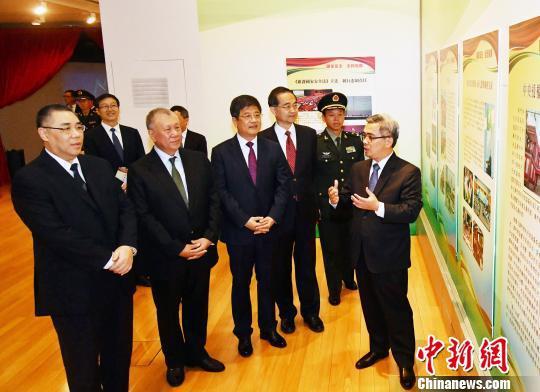 图为澳门特区政府保安司司长黄少泽(右一)为主礼嘉宾讲解展览内容。 龙土有 摄