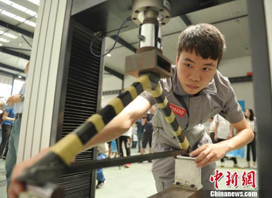 大三学生冯桂诞现场演示作品比赛过程。 刘忠俊 摄