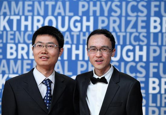 恽之玮和张伟在数学新视野奖颁奖典礼上 新华社 图