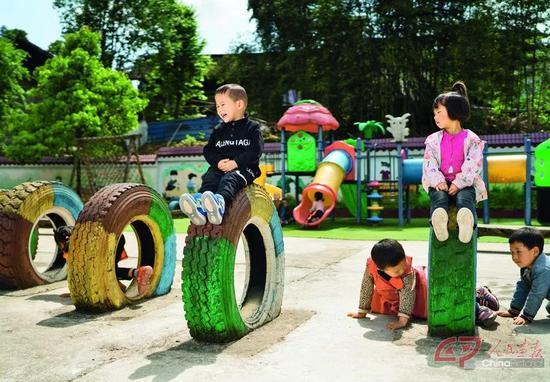 松桃苗族自治县盘信镇后寨村幼儿园,园内用土石地改建的操场放置了各种利用废旧物品改装的玩乐设施,这里成为了孩子们的游乐天堂。