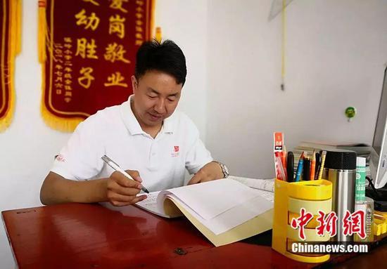 杨锋正在备课。