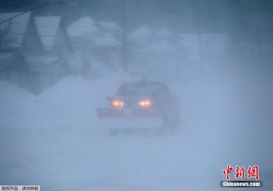 资料图:美国部分地区遭暴雪袭击,高速公路由于恶劣天气关闭,多数车辆被困路上。