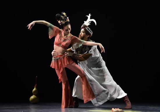中国古典舞剧《丝路花雨》中英娘与商人伊努斯。