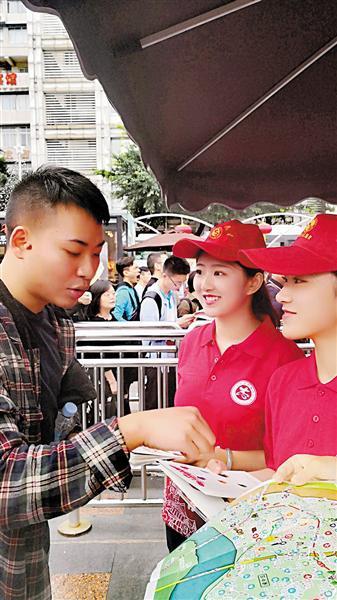 赵月明和同学正在为游客服务。