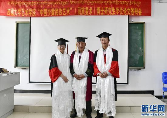 答辩结束后,杨旦春(右)和姜宇钦(左)与博士研究生导师阿旺晋美教授合影留念(6月10日摄)。新华社记者 张汝锋 摄