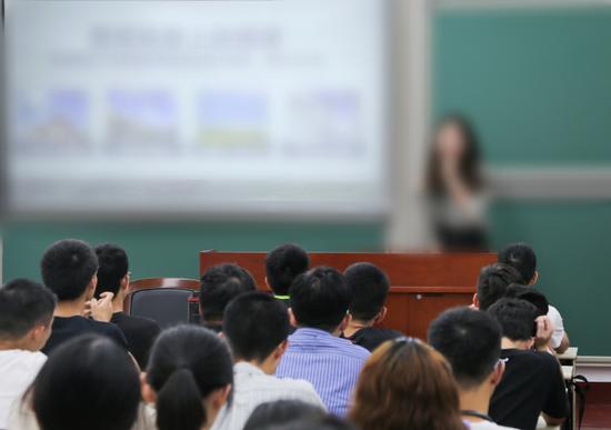 北京高校开启新生引航工程 抗疫先锋开讲第一课