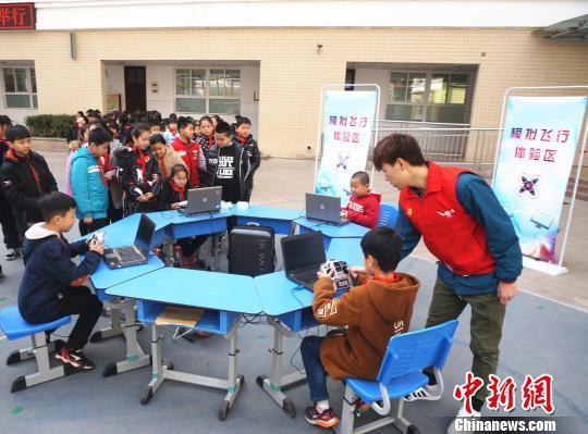 图为小学生们体验模拟飞行。  韩章云 摄